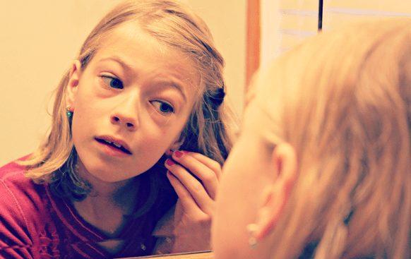 Как выбрать первые детские серьги: красиво, надежно и не больно