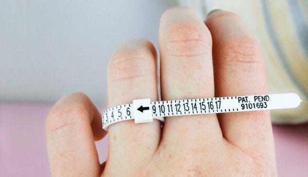 Как выбрать кольцо в подарок, если не знаешь размер, снимаем мерки незаметно