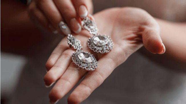 Как ухаживать за изделиями из серебра: родированного, черненого, с позолотой и без
