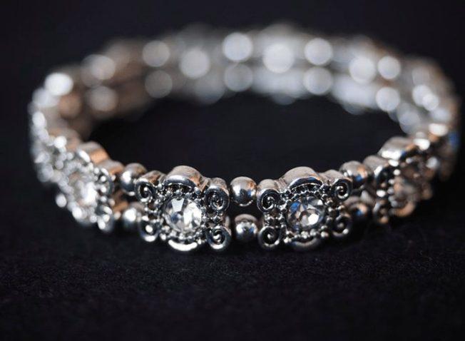 Жесткий браслет из золота или серебра: как выбрать и носить правильно
