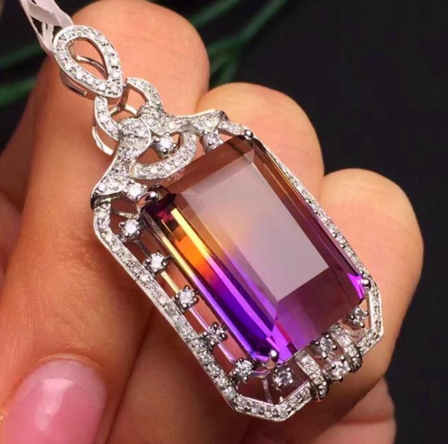 Аметрин — редкий двухцветный камень