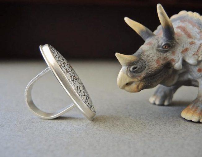 Кольца с костью динозавра: правда или вымысел