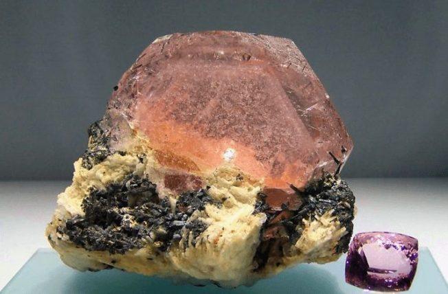 Морганит — розовый берилл с двойным именем