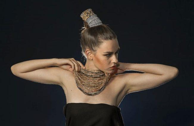 Как выбрать нашейное украшение под вырез платья