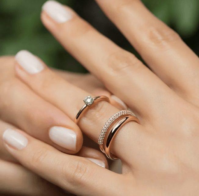 Как носить несколько колец на одном пальце