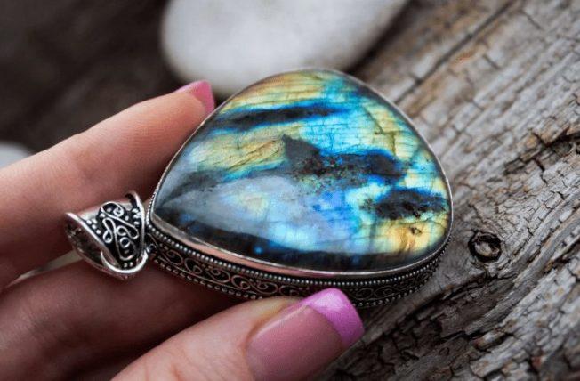 Лабрадор — камень со скалистого полуострова