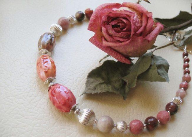 Родонит — окаменевшая роза