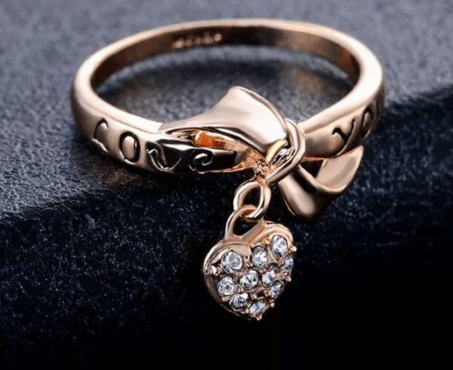 Кольцо с подвеской: романтично и нежно