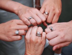 Можно ли носить и что означает кольцо на безымянном пальце левой и правой руки