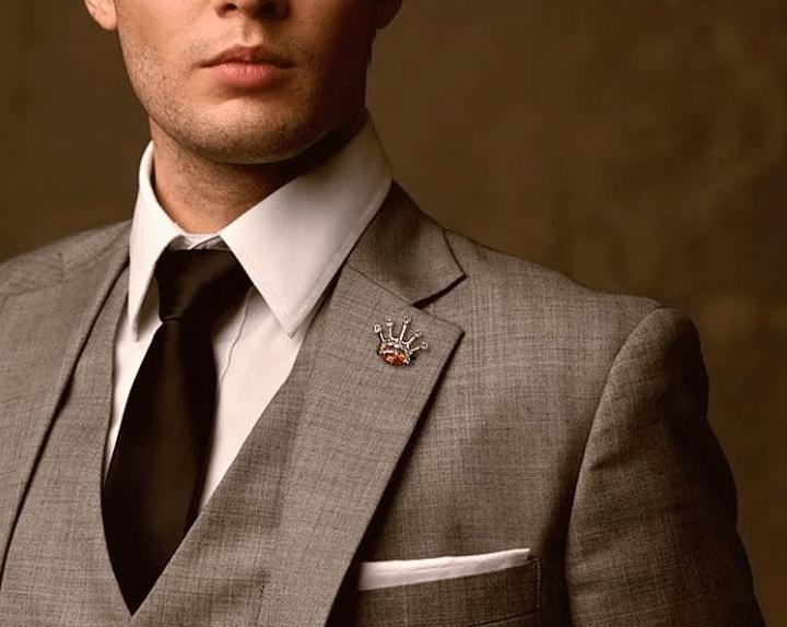 Лацканный значок — маленькая деталь, которая расскажет о вас многое