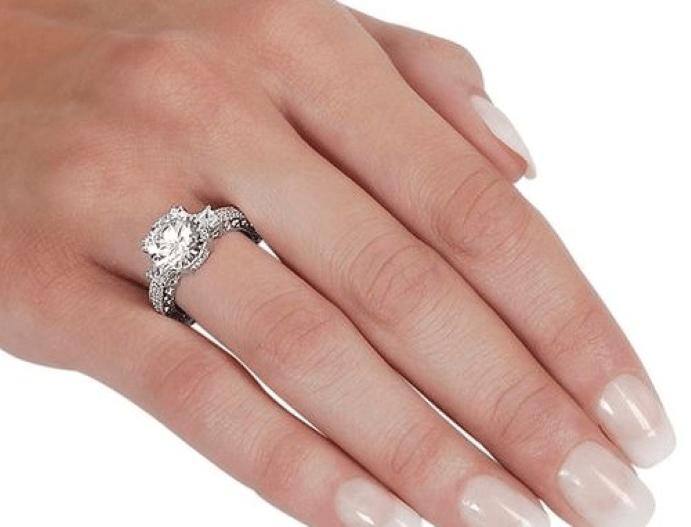 На каком пальце носят помолвочное кольцо: женщины до и после свадьбы