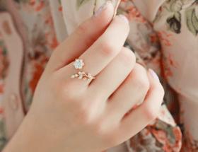 Что можно сказать о том, кто носит кольцо на указательном пальце