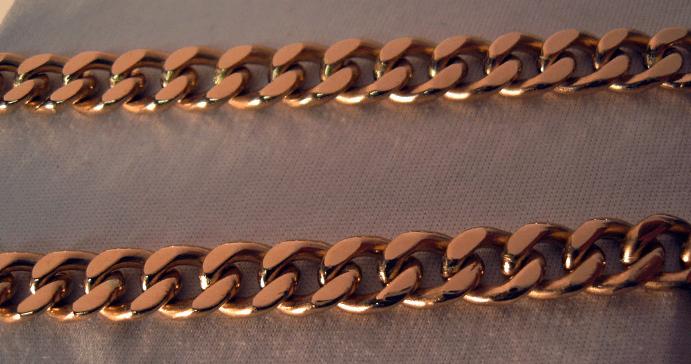 Панцирное плетение золотых цепочек одно из самых прочных