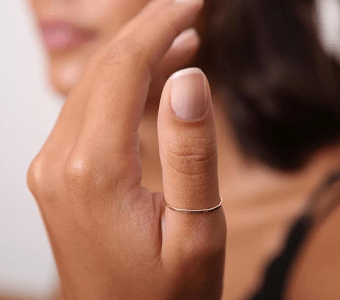 Кольцо на большом пальце: на какой руке носить?