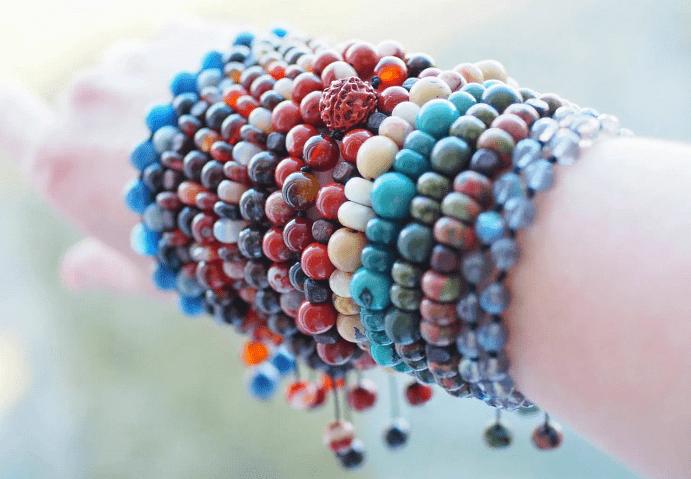 Браслет из бусин: самое универсальное украшение