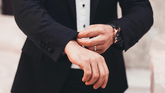 На какой руке лучше носить украшения мужчине, если он носит часы