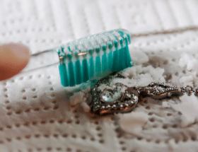 Как почистить серебряный браслет и вернуть привлекательный блеск потемневшему украшению?