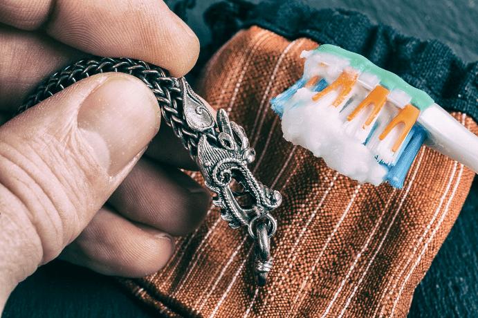 Чем почистить браслет из серебра в домашних условиях