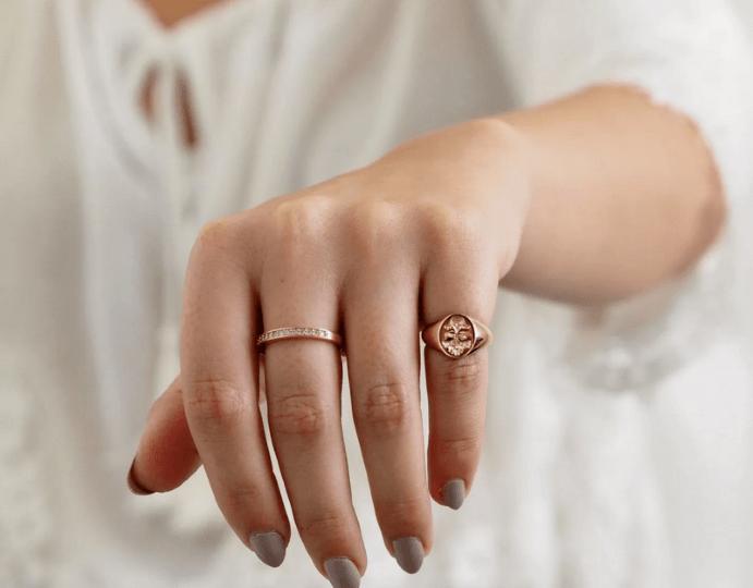 Что означает кольцо на мизинце: характер человека по манере носить украшения