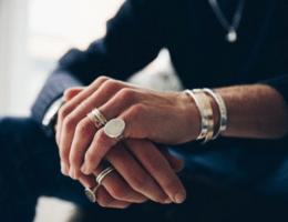 Кольцо на мизинце у мужчин: что нужно знать, надевая его