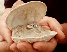 Как подарить кольцо девушке оригинально?