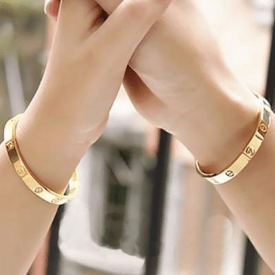 Не считается эстетичным и ношение браслетов одновременно на двух руках, исключением являются парные аксессуары.