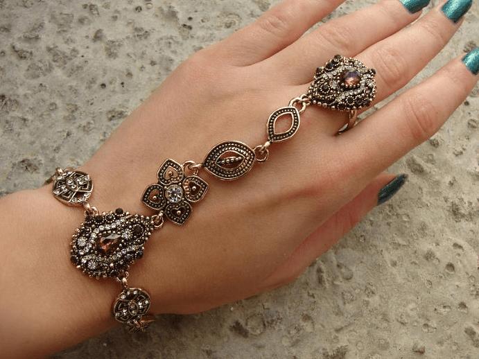Особенности внешнего вида браслетов с кольцом