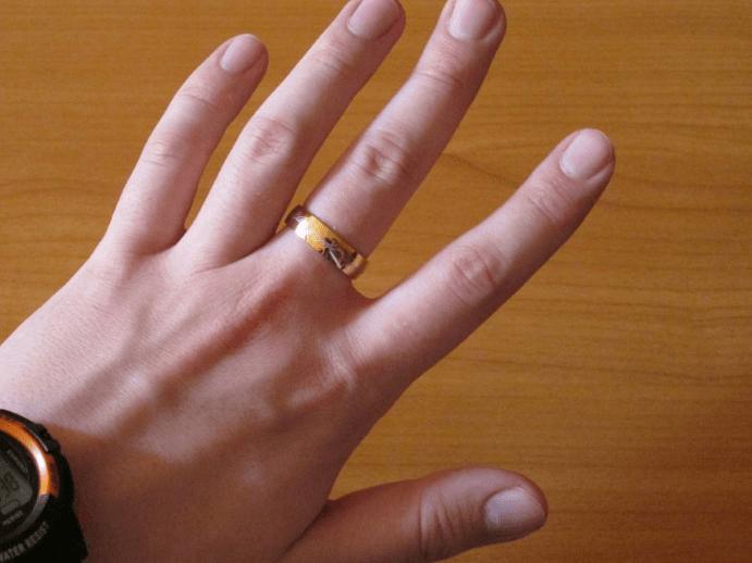 Что значит обручальное кольцо на среднем пальце