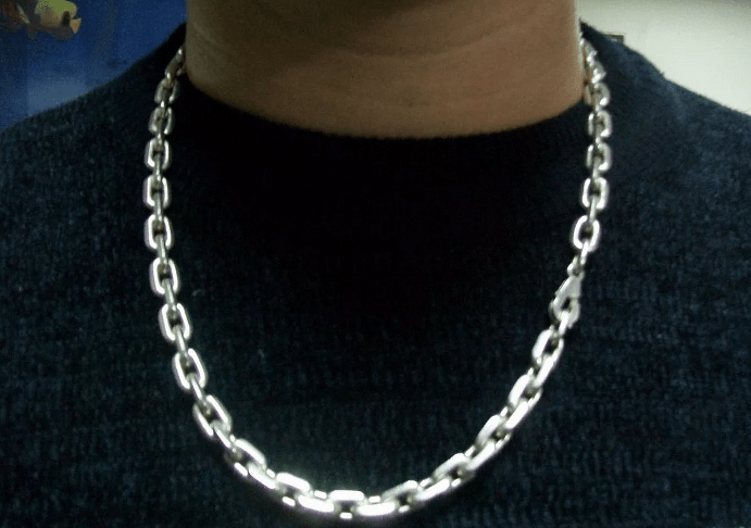 Серебряная цепь якорного плетения на шее