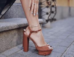 Цепочка на ноге: что означает такое украшение?