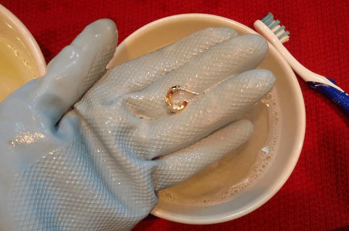 Чистка золотых сережек с помощью зубной пасты