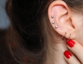 На каком ухе прокалывают вторую сережку девушки?