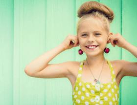 Какие выбрать первые серьги для девочек: материал, форма, размер