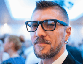 На каком ухе носят серьгу мужчины?