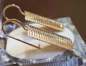 Серьги-пластины: в центре внимания — фактура металла