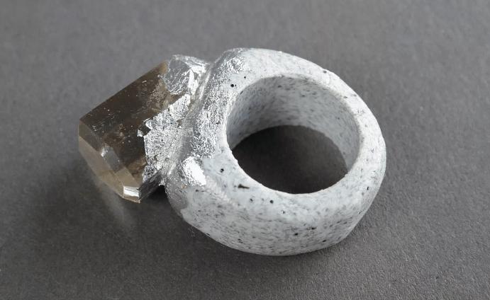 Кольца из камня: гладкие и яркие