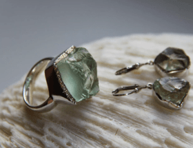 Празиолит — камень лукового цвета