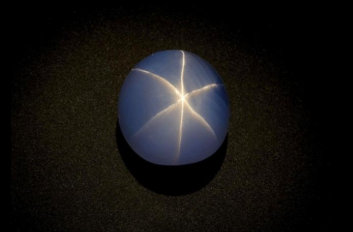 Сапфир Звезда Индии находится в Американском музее естественной истории в Нью-Йорке