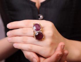 Кольца с двумя камнями: что означает украшение