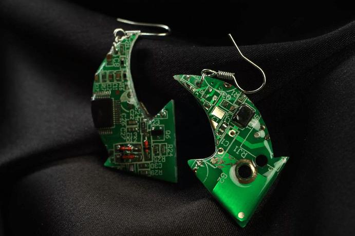 Ювелирные украшения для программиста: оригинальные идеи подарков. Серьги микросхемы