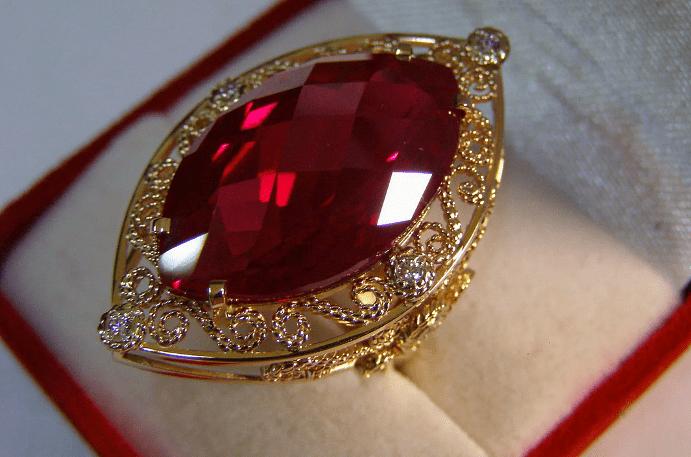 Огромный рубин в золотом перстне крупным планом