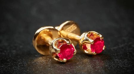 Обзор ассортимента украшений с рубином в золоте. Золотые пусеты с рубинами