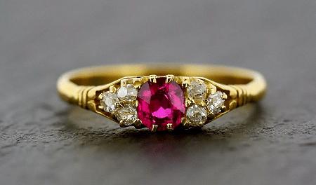 Обзор ассортимента украшений с рубином в золоте. Золотое кольцо с рубином и фианитами