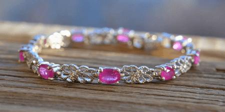 Украшения с рубином в серебре. Серебряный браслет с цветочными узорами и рубинами