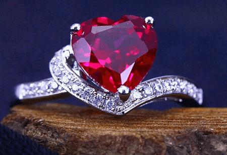 Украшения с рубином в серебре. Серебряное кольцо с бриллиантами и рубином в форме сердечка