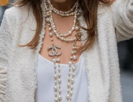 Как носить длинные бусы и ожерелья