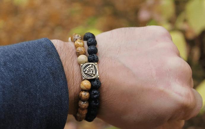 Как правильно носить мужские украшения из камня?