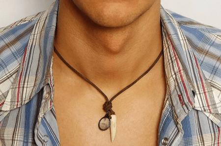 Стильные ювелирные украшения на шею для мужчин. Клык