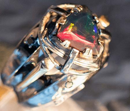 Как правильно выбрать мужское украшение с опалом? Золотое мужское кольцо с черным опалом и бриллиантами
