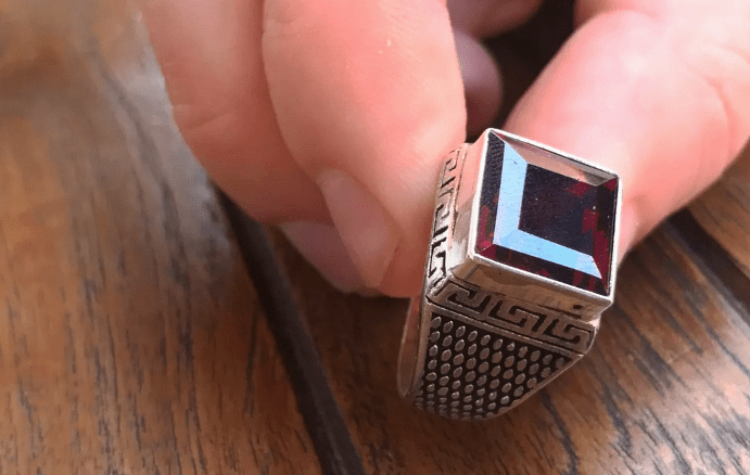 Особенности готовых украшений с рубином. Квадратный рубин в серебряном перстне